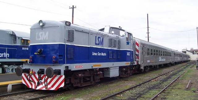 Following the Haedo tests, too, the photographs above and below of English Electric designed ex Portugese Class 1401 1401 and ALCO Type RSD16 8819 in their smart new grey,white and blue Linea San Martin livery were taken at Retiro Station in Buenos Aires City on the San Martin (former Buenos Aires & Pacific) line.