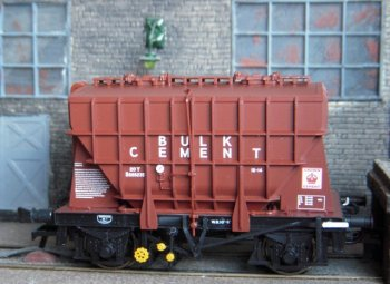 Other Presflos modelled by Bachmann in 2011 included Shildon built B888112 (Bulk Tunnel Cement livery ) Central Wagon's B888723 ( Blue Circle Bulk Cement) and PF88, the Cement Marketing Company's own wagon built by the Butterley Iron Company.