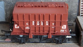 A landmark in ready to run Presflo modelling was the summer 2011 arrival of a range of Bachmann products, crisply moulded, attractively finished and detailed to the level of Bourdon gauges, valve control wheels, worksplates and authentic markings that, frankly, left Dapol's offerings ( pictured below ) sadly lacking. The images above are of Bachmann's product 38-261A representing B888235, built by Metropolitan-Cammell in 1957 as part of Lot 3029. The Notice to Operator reads: