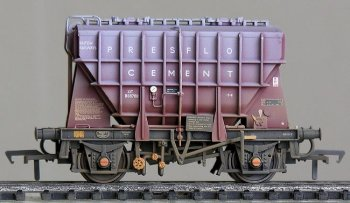 Late 2014 then saw Bachmann release triple pack 38-287 comprising two Gloucester RCW and one Central Wagon built Presflos, all beautifully detailed and produced with tooling that allows 20 ton wagons with one vacuum cylinder or 22 ton wagons ( as depicted in product 38-287) with two vacuum cylinders to be represented. Other differences included buffers, brake levers and vacuum discharge pipes. Some also had additional notice boards on the solebars.