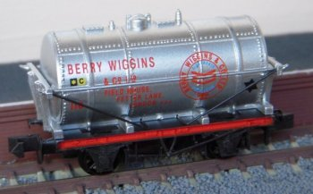 Another variation on the Berry Wiggins livery has been applied to this N gauge Peco Wonderful Wagon pictured at Platform 1 of Terminal 1. Numbered 118 it gives the company address as Field House, Fetter Lane but otherwise more closely resembles the markings of the rectangular tank wagon above. Paul Elliot tells me that this is one of only 2000 such wagons produced by Peco of Beer, Devon, to celebrate the 35th Anniversary Exhibition of the N Gauge Society in 2002.