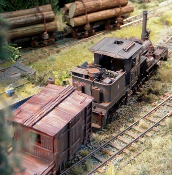 Due to the mountainous terrain and steep gradients, the Chief Engineer of the line, Abe Simpson, had no choice but to use narrow gauge tracks. It took four years for him and his team of Chinese navvies to forge the permanent way through the forests. The depot building and trees around it were scratchbuilt, road vehicles were by Corgi and rolling stock mostly modified Bachmann with a few scratchbuilt engines running on H0 chassis. Track and points were Peco standard 0n30, scenic material by Woodland and stone and ballast by Merehead.